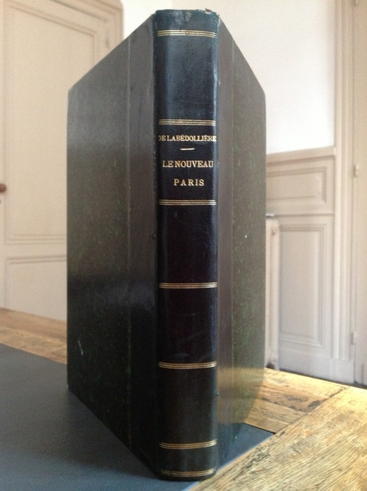 """Grand in-8, (s.d.) [1860], reliure XIXe demi-basane vert sombre, dos lisse, titre et filets dorés, XXXII-440 p. [1] f. de frontispice, pages de garde marbrées. L'ouvrage contient 20 plans d'arrondissement, coloriés, en double page, cartographiés par Desbuisson (1827-1908) et gravés chez Erhard et in fine le plan général dépliant (55 x 43) du Nouveau Paris en 20 arrondissements. Le frontispice, les nombreuses (67 gravures) vignettes et culs-de-lampe sont de Gustave Doré.  L'ouvrage d'Emile de la Bédollière (1812-1883) édité par le libraire - éditeur Gustave Barba est paru en 1860 en 26 livraisons, accompagnées pour chaque arrondissement d'un plan. Par la suite, l'ouvrage est publié sous le titre """"Histoire du nouveau Paris"""", mais sans les plans et sous l'éditeur Georges Barba.  1860 est une date charnière de l'histoire de Paris : après plus de dix ans de profondes transformations, la capitale vient d'annexer de nombreuses communes environnantes et passe ainsi de 12 à 20 arrondissements (loi de 1859). L'ouvrage est à cet égard un intéressant document historique, au même titre que le plan Andriveau-Goujon de 1860.  Notre exemplaire est très frais. Il est bien complet de ses différentes parties : histoire générale de Paris / Histoire de ses 20 arrondissements / dictionnaire des besoins usuels dans Paris / dictionnaire topographique, historique et étymologique des rues de Paris par A. Delvau / le dit des rues de Paris par Guillot. Les plans sont en parfait état. A noter que la gauche du plan général in fine a été renforcée par un contrecollage ancien au dos sans porter atteinte à sa présentation. Petite épidermure à la coiffe supérieure.Très bon exemplaire. 390 €          contact@librairiehistoireetsociete.com"""
