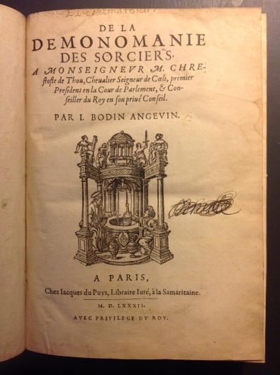 """Volume in-4 de (14), 252 ff., Paris, Jacques du Puys, 1582, reliure XIXème, demi-cuir, dos lisse à titre et fleurons dorés, gardes intérieures et tranches marbrées XIXème, marque d'imprimeur sur la page de titre. Seconde édition. L'édition originale date de 1580. L'ouvrage de Jean Bodin (1529-1596) """"contre les sorciers"""" est un des principaux traités au sujet de la sorcellerie. Bodin rappelle dans sa préface que sa participation au procès de Jeanne Harvillier à Ribemont en 1578 et l'accès à des pièces d'autres procès de sorcellerie instruits dans le bailliage de Vermandois l'ont """"poussé à mettre la main à la plume"""". La démonstration est articulée autour de quatre chapitres : Bodin définit le sorcier, les notions de divination et de prophétie (I). Il se fait historien de la magie, de la lycanthropie (II). Il décrit les pouvoirs illicites des sorciers (III) et enfin argumente sur l'inquisition des sorciers. L'ouvrage se termine par la """"Réfutation des opinions de Jean Wier"""", """"qui soutient que les sorciers et les sorcières ne doivent pas être punies"""", médecin humaniste et auteur du """"de Praestigiis Daemonorum - des illusions des démons"""". Belle marque d'imprimeur sur le titre qui comporte une notation manuscrite en tête """"Elie de Mathieu"""" et un nom manuscrit (Demale ??) raturé, quelques soulignements anciens de la page 1 à 6, marques de légères mouillures sur certaines pages en tête et en bord droit (pp. 242 et suivantes), mais sans gravité. Rare."""